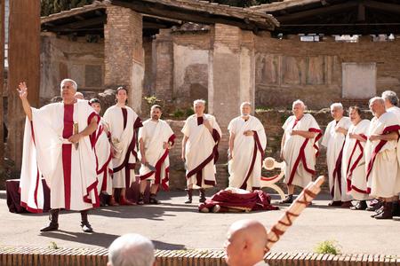 ROMA, ITALIA - 15 DE MARZO DE 2019: En el Área Sagrada de Largo Argentina, el Gruppo Storico Romano, escenifica uno de los eventos más importantes en la historia de la humanidad: el asesinato de Julio César.