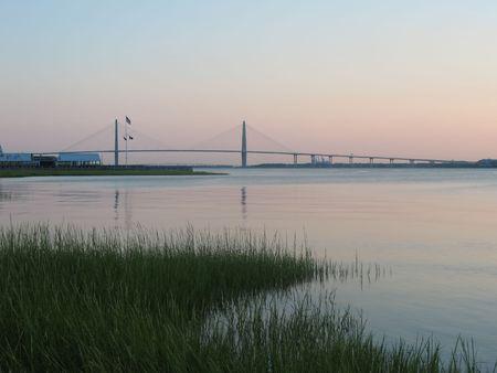 Moeras en rivier met de brug van Charleston