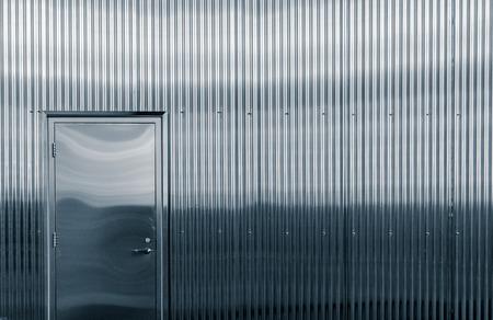 光沢のある段ボールの金属構造のドア closup 写真素材