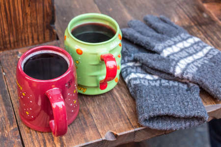 vin chaud: Deux tasses de vin chaud