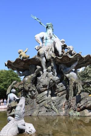 spiegelung: neptune fountain in berlin