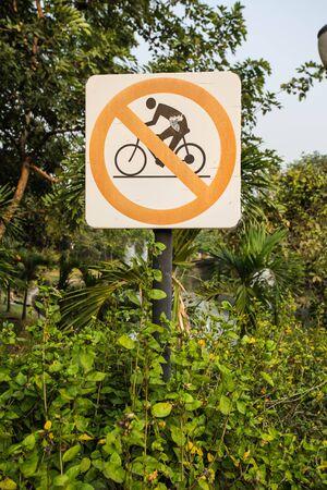 no pase: Reg�strate no pase de la bicicleta en el jard�n