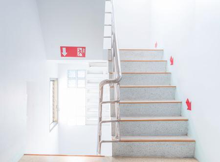 down the stairs: escalera de incendios escalera en un edificio moderno.