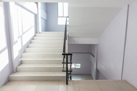 trappenhuis brandtrap in een modern gebouw. Stockfoto