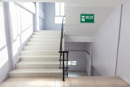 Treppenhaus Feuerleiter in einem modernen Gebäude.