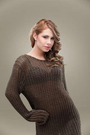 tejidos de punto: joven rubia posando de g�neros de punto