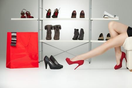 comprando zapatos: mujer cauc�sica de piernas largas tacones rojos