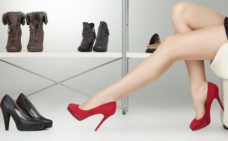 tacones rojos: mujer cauc�sica de piernas largas tacones rojos
