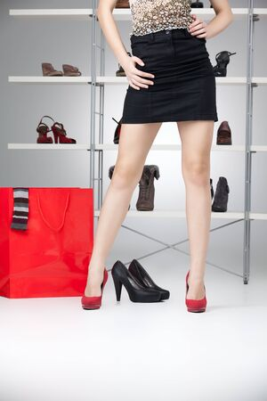 buying shoes: tacones altos de falda negra rojo de piernas largas