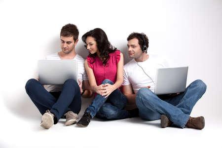 business man laptop: amigos curiosos mirando port�til