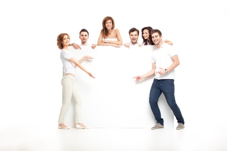 Grupo de risa amigos mostrando banner en blanco