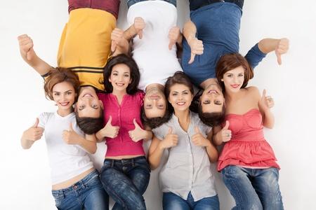Grupo de mujeres jóvenes y hombres aprobar en la cámara Foto de archivo