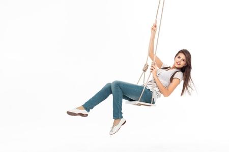 columpio: joven swinging solos en un columpio