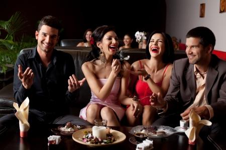 glamourous jonge vrouw lachen, voederen van consumptie-ijs naar haar vriend Stockfoto
