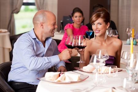 mujeres sentadas: feliz pareja joven tostado tabla de restaurante