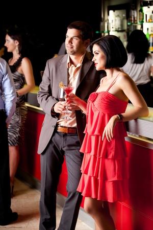 dattes: jeune couple ayant comptoir du bar amusant sourire Banque d'images