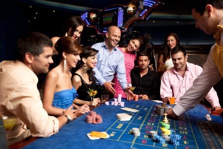 fichas casino: Grupo con jugador ganador obteniendo sus fichas