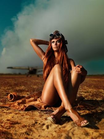 pilotos aviadores: retrato de mujer de moda traje de aviador de humo el cielo