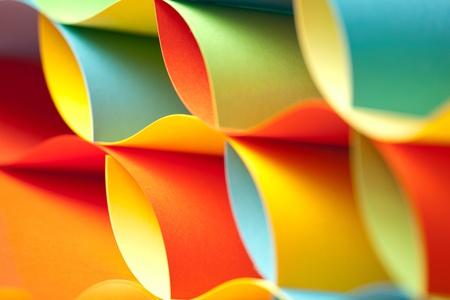 종이의 곡선 시트로 만든 다채로운 종이 접기 패턴의 그래픽 추상적 인 이미지