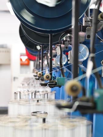 industria textil: detalle de una l�nea de producci�n industrial de interior, en una f�brica de hilos Foto de archivo