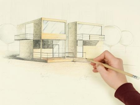 bocetos de personas: perspectiva de la mujer por el dibujo arquitect�nico de la casa moderna Foto de archivo