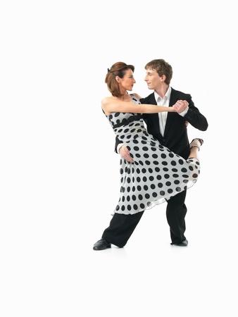 pies bailando: pareja apasionada joven que muestra los movimientos de baile en el fondo blanco