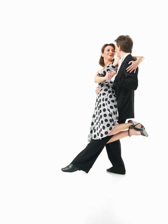 couple dancing: pareja apasionada joven que muestra los movimientos de baile interesantes sobre fondo blanco