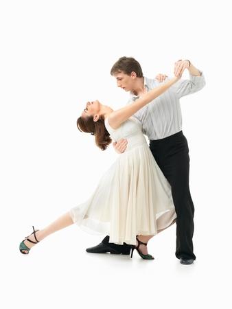 danza clasica: pareja apasionada joven que muestra los movimientos de baile en el fondo blanco