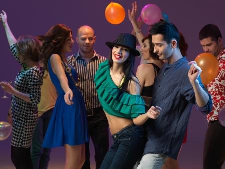 fiesta dj: las personas felices, jóvenes flirteando y bailando en la pista de baile, en un club nocturno Foto de archivo