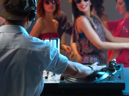night club: dj intrattenere il felice, folla danzante in un night club