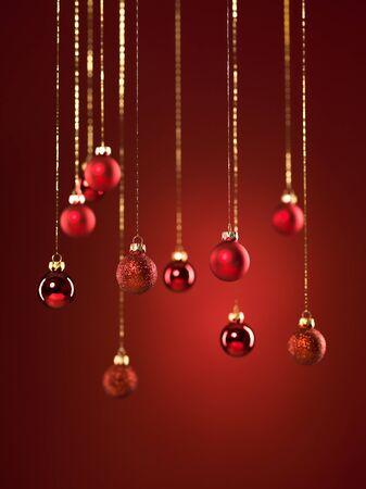 red glittery: closeup di appendere rossi scintillanti globi di Natale su sfondo rosso
