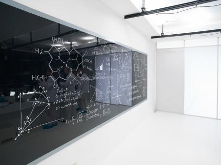 hypothesis: vista lateral de una pizarra con f�rmulas en un laboratorio de qu�mica