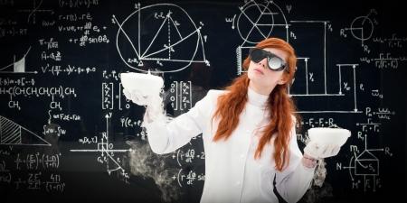 balanza de laboratorio: Cient�fico de sexo femenino joven que compara dos macetas en frente de una pizarra llena de f�rmulas qu�micas en el laboratorio de qu�mica