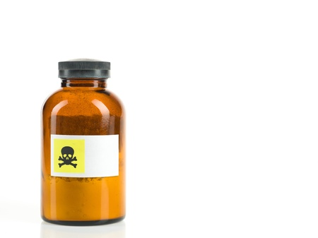 sustancias toxicas: fondo blanco con la botella transparente marrón pequeño que contiene un polvo y etiquetados con la advertencia de toxicidad