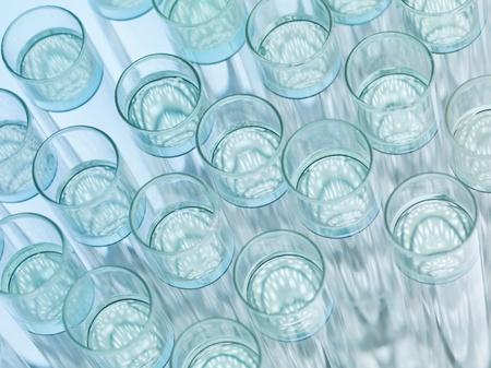 in vitro: Vista superior, macro de material de laboratorio de cristal transparente con solución incolora flotante