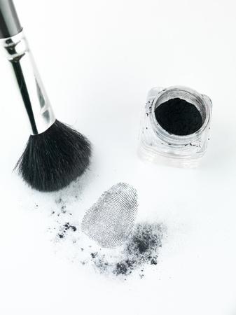 delincuencia: vista en perspectiva a�rea de una huella dactilar revel� por el polvo de impresi�n, con un cepillo y la impresi�n destinatario polvo Foto de archivo