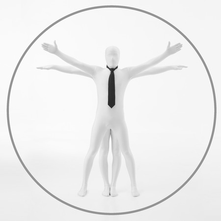 uomo vitruviano: uomo senza volto vestito di bianco con cravatta nera imita il lavoro di DaVinci dell'uomo vitruviano Archivio Fotografico