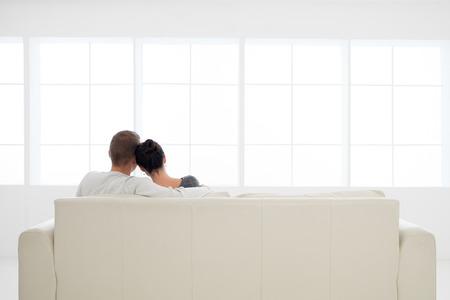 Vista posteriore della giovane coppia in amore di relax sul divano Archivio Fotografico - 34388448