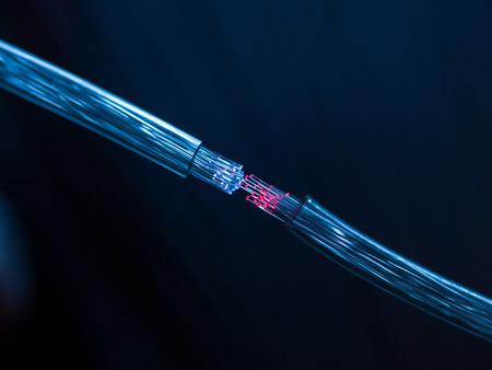 2 つの光ファイバーのケーブル接続