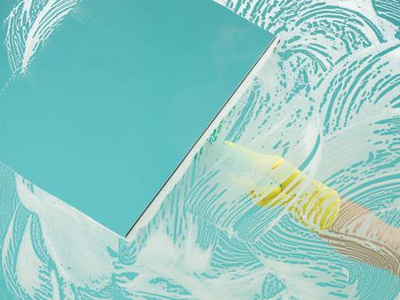 ventana de lavado de las manos con el cielo azul claro revelador rasqueta Foto de archivo