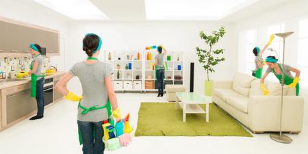 sirvienta: Mujer limpiando la casa al mismo tiempo en diferentes lugares, mientras uno es supervisar el progreso
