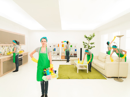 sirvienta: joven mujer caucásica feliz casa durante la limpieza Foto de archivo