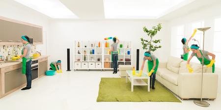 jonge blanke vrouw het reinigen van huis op verschillende plaatsen op hetzelfde moment