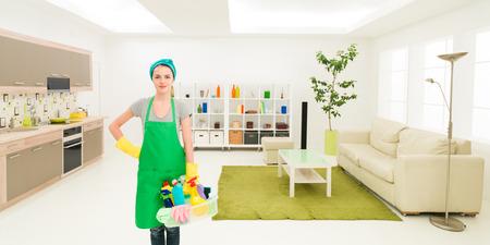desinfectante: Mujer caucásica joven que se coloca en la casa limpia productos de limpieza de retención Foto de archivo