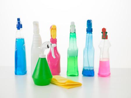 gruppo di bottiglie spray colorato liquido detergente sul tavolo bianco