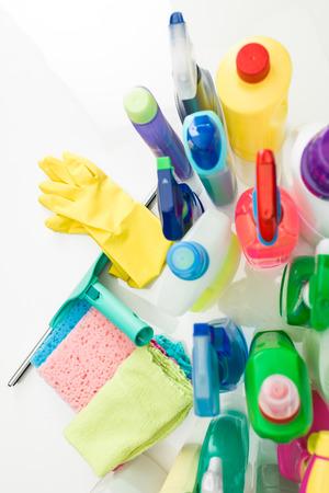 productos quimicos: vista superior de productos de limpieza en el cuadro blanco Foto de archivo
