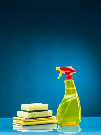 gatillo: artículos de limpieza sobre fondo azul
