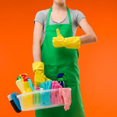 schoonmaakster houden voorraden en het tonen van duim Stockfoto