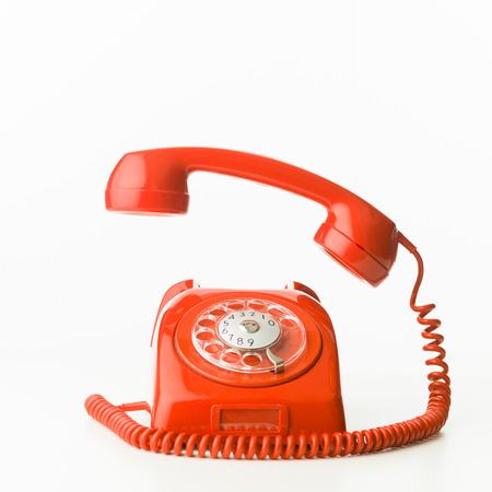 close-up van rode vintage telefoon rinkelen, geïsoleerd op een witte achtergrond Stockfoto