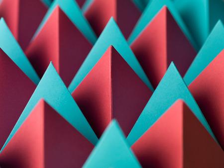 geometria: Fondo geométrico abstracto con las pirámides de papel de colores. enfoque selectivo Foto de archivo